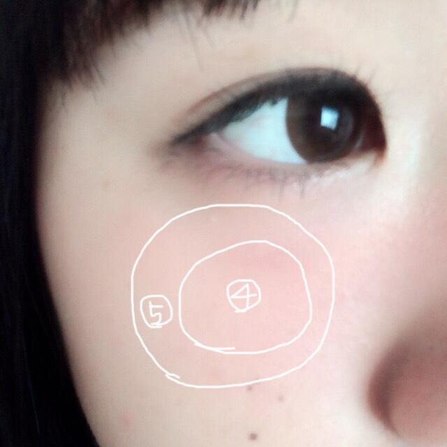 チークは目の真下にのせます。私はリップ&チークを持っていないので、普通のリップで代用しました。真ん中は濃くし、周りを粉チークでぼかすようにします
