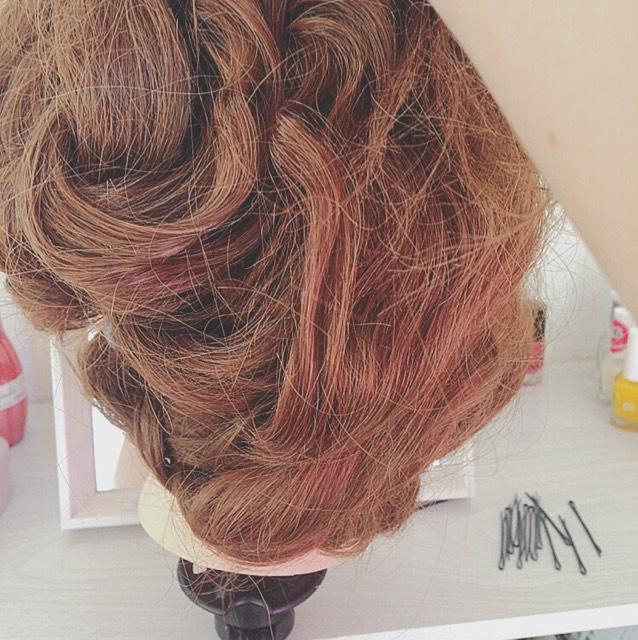 ②ヘアバンドをし、三つ編みの先をヘアバンドに巻きつけます。