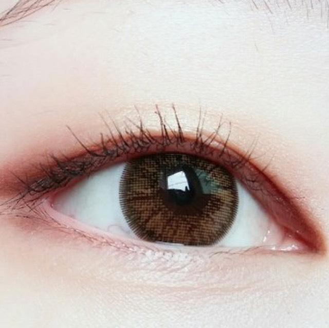 ダークブラウン など 暗い 色を 目尻に 少しひろげます 。