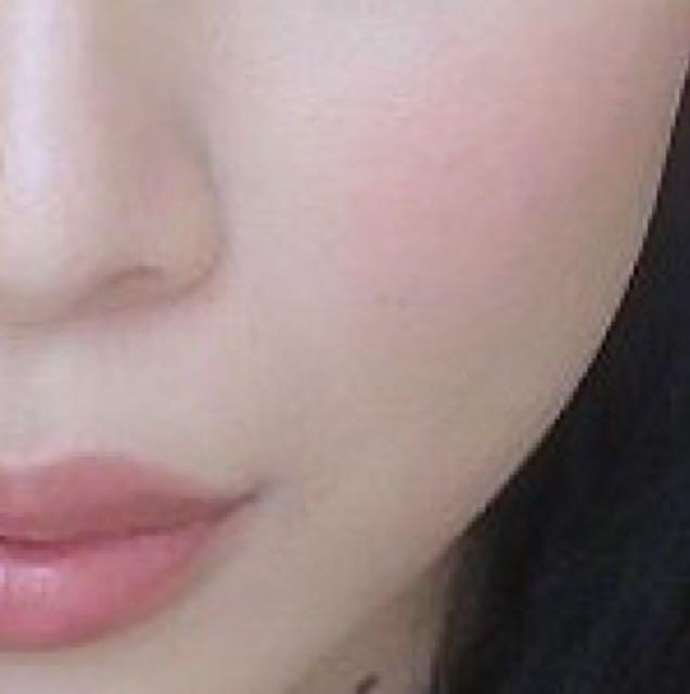 楕円形に入れると、頬が立体的になり、大人っぽく仕上がります。