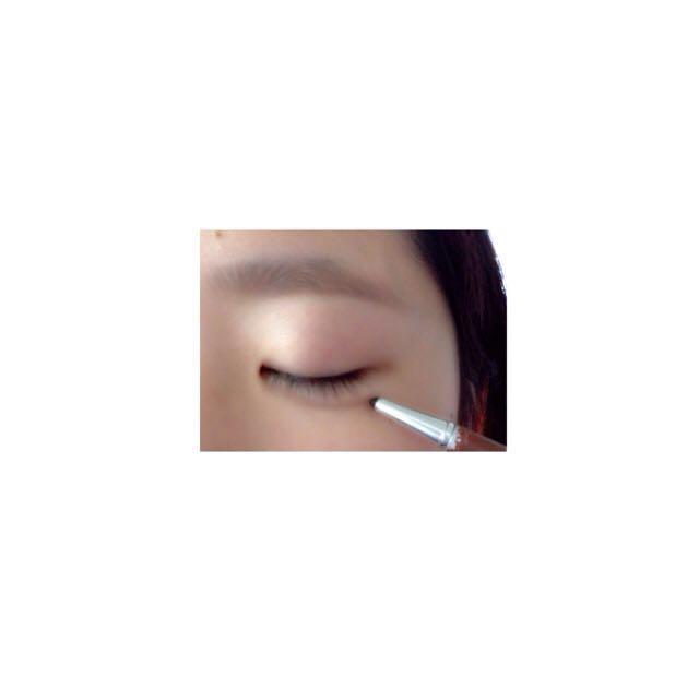 ・続けて、アイブロウペンシルで涙袋の線を引く。  コットンかなにかで、馴染ませます。  この時、上を向いて笑うと涙袋を描きやすいです。