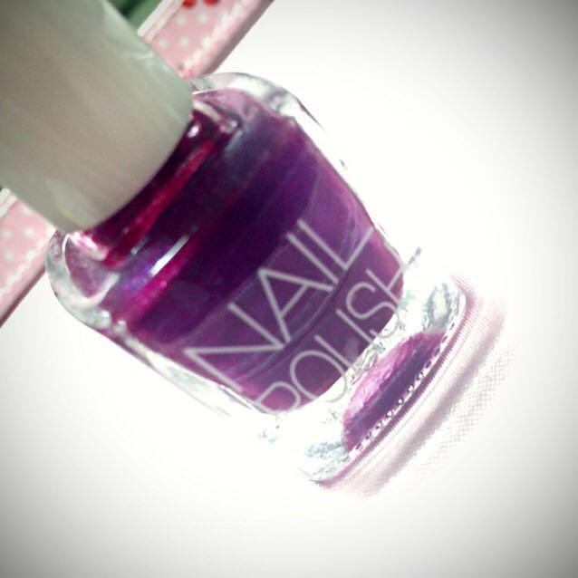 親指(1)、薬指(4)に濃い紫のネイルを全体に塗ります