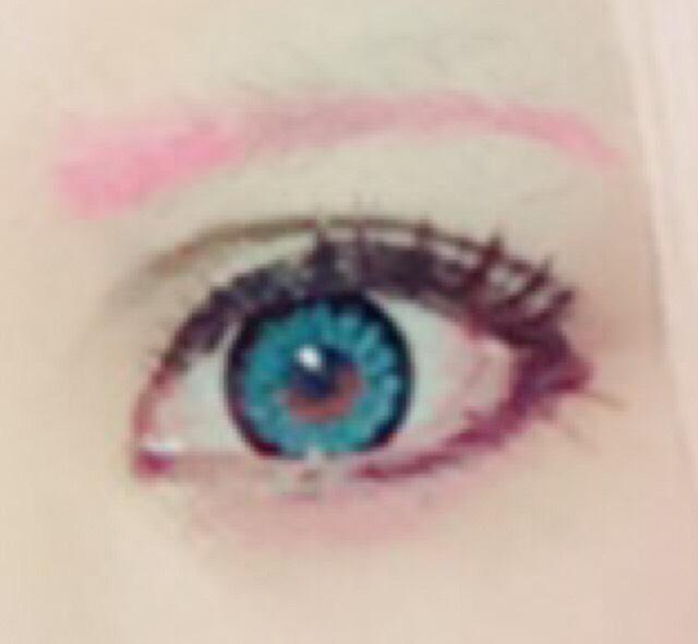 眉毛はコンシーラーで消してから、ピンクのジェルアイライナーで描く。囲みラインが苦手な方は下のラインは3分の2くらい引く。