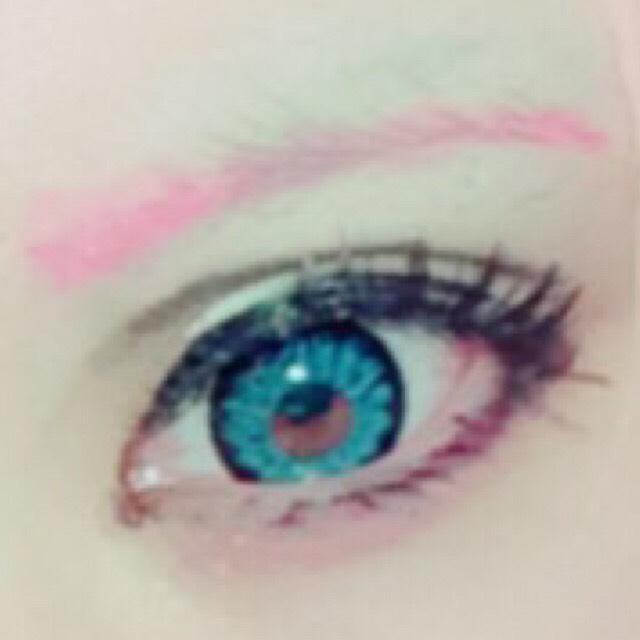 ダブルラインは目と眉毛の中間あたりを目安にダークブラウンのジェルアイライナーでぼかしながら描く。