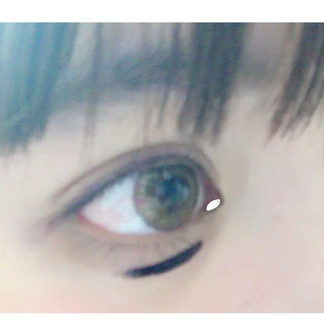 白の部分にもブラウンのアイラインを! 下の黒いのは眉ティント!!!書くだるいから眉ティント使っちゃいます☆3日くらい持つよ〜〜