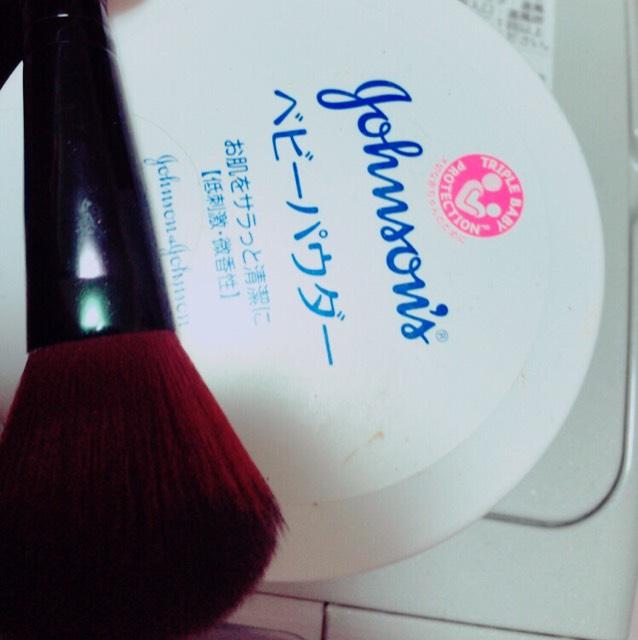 最後にふわふわの筆にベビーパウダーつかって◯をかくようにくるくるしながら顔を磨くようにつけるよ〜〜