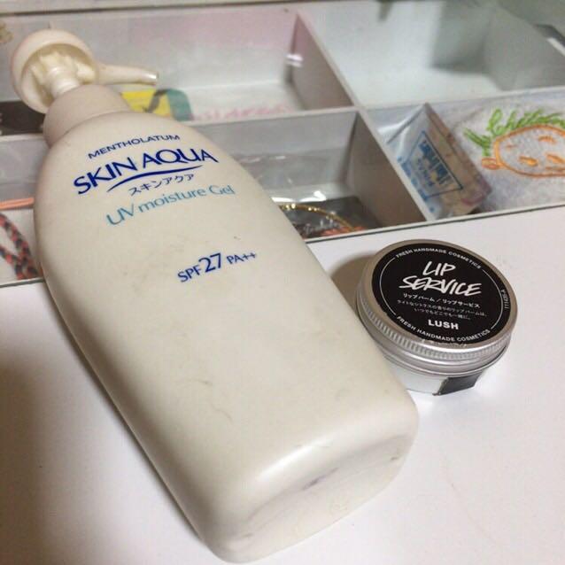 左の日焼け止めを顔全体に塗って、右のリップバームで唇を保湿します。右のリップバームはLUSHのもので高保湿なのでオススメです。
