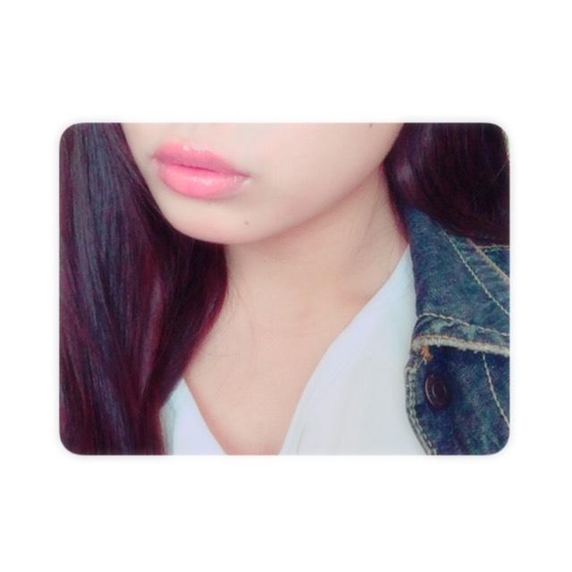 唇は敢えて色をつけず 、透明なラメ入りのグロスをつけます