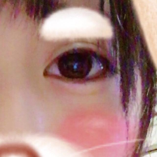 ニコッとして爪を食い込ませても不自然じゃなく涙袋になる位置にアイブロウで目頭よりも目尻にアイブロウで線を入れます。