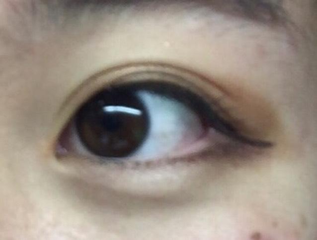 アイメイク① 薄いブラウンを瞼全体に塗り、瞼中央にゴールドのラメを塗ります アイラインは長めで、目頭から目尻にかけて一直線になるように引いてください。
