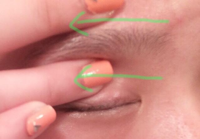 眉毛をはさみながら図の様に横に流します!  脂肪を流すイメージで!強めにするのがいい感じ!