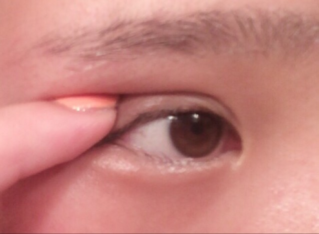 最後に二重の方をつけて  このまま 目をパチパチ 黒目をギョロギョロ