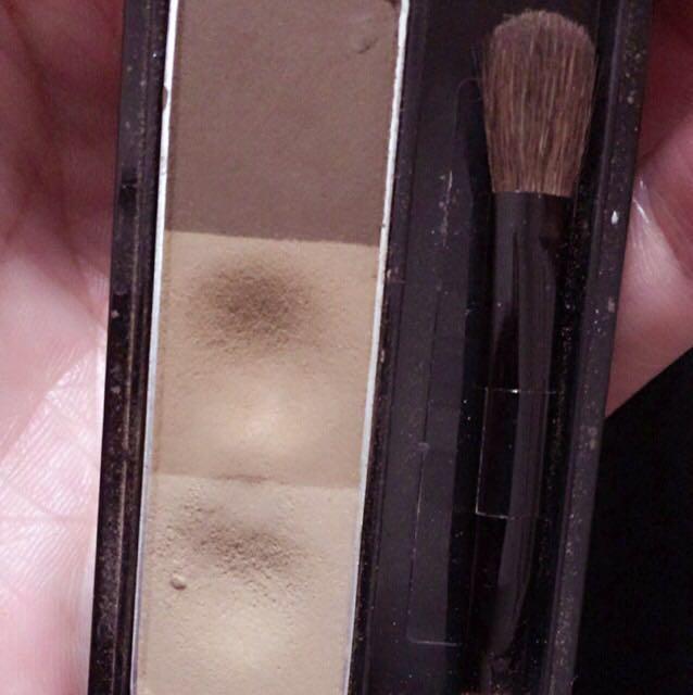 続いてアイメイク!  ケイトアイブロウパウダーの1番下の色を涙袋、ノーズシャドウとして使い、1番上のパウダーで、アイラインを書いていきます(下書き)