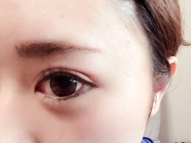 眉毛部分は眉鉛筆で形を整えて、眉マスカラで眉毛の色を変えていきます。