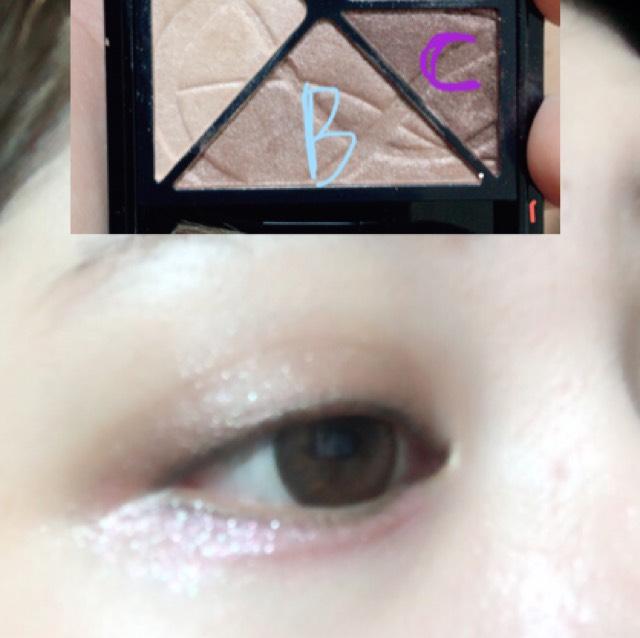 在雙眼皮摺寬上大範圍塗上「Visee」的B眼影色,在黑眼珠上方到眼尾處塗上C眼影色,並將兩色推勻,打造下垂眼型的感覺♡