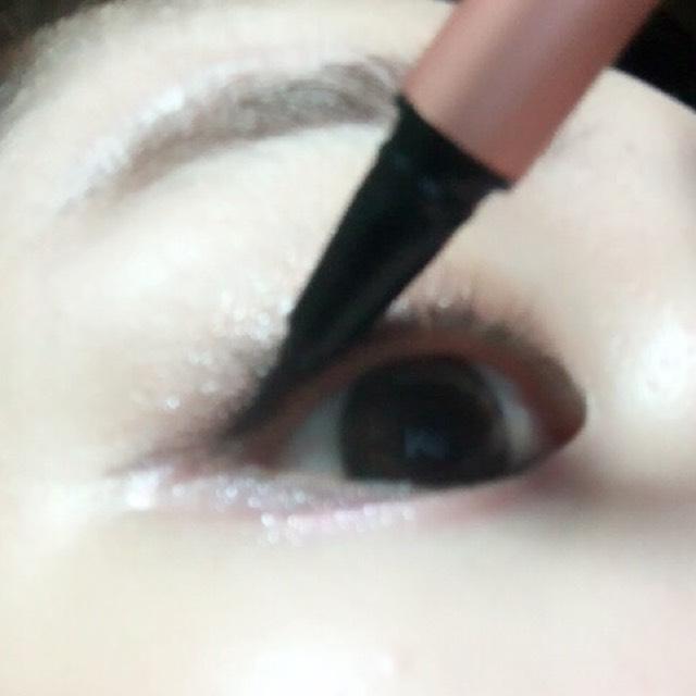 接著用眼線液筆畫內眼線,眼角的三角形範圍(圖中眼線液筆放的位置)也要仔細塗滿!