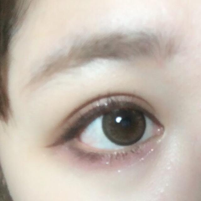 先用睫毛夾夾翹睫毛,然後上下都刷上咖啡色的睫毛膏,最後再用燙睫毛器將睫毛整理好。