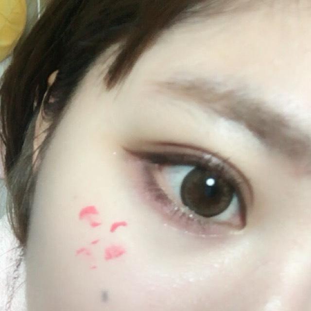 如圖所示點上「sugao」的腮紅,並用指尖輕拍服貼。
