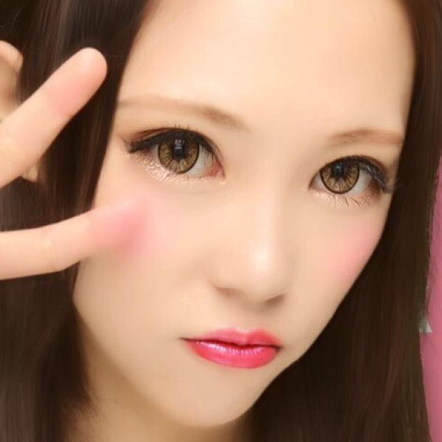 眉毛は太く平行に シャドーは暗いブラウン チークは赤系とピンク系を混ぜで笑ったときに盛り上がった上に横広くします