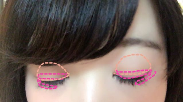次にアイメイクで 薄いベージュを アイホール全体に入れます!そのあと二重の部分と目の下にしっかりピンクを入れます!