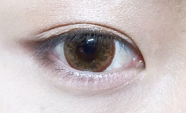 目尻下まぶたの少しと くの字を書きます! 下まぶたの目頭側をピンクのシャドウを塗ります!