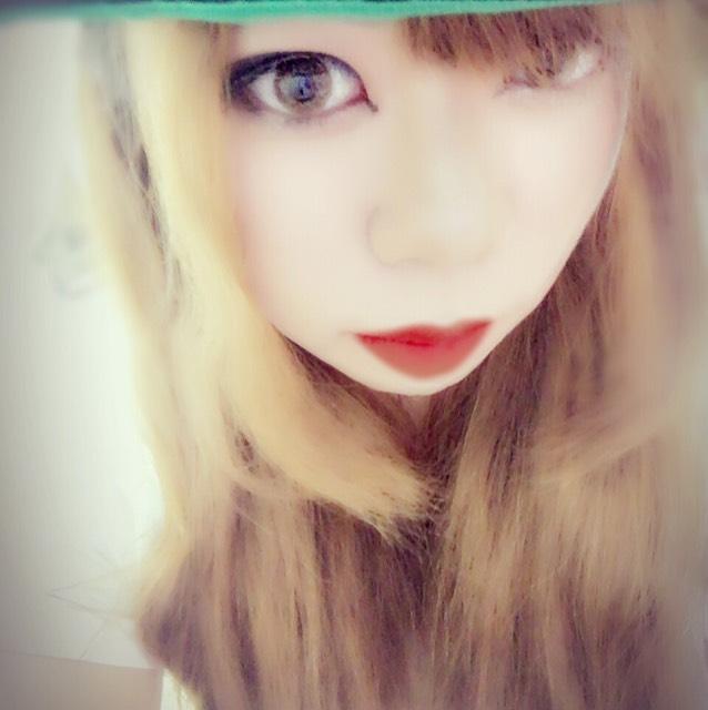 涙袋はベージュ系を使います!外国の方はブラウンメインですがやはり、日本人は顔が薄めなのでベージュ系を使用しました。 影はアイブロウペンシルでぷっくりなり過ぎないように書きます!