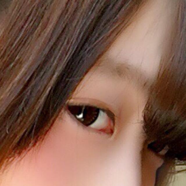 眉毛の毛並みに逆らってアイブロウパウダーの真ん中といちばん濃い色を混ぜてササッと