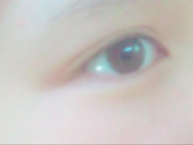 (雙眼皮膠)用手指沿著雙眼皮線刻上的感覺,就會像這樣