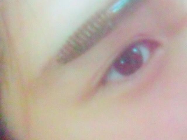【アイブロウ ➂】  眉マスカラを塗ります。