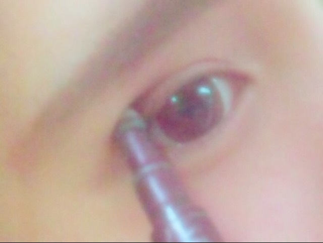 (眼影1)用最深的顏色在雙眼皮上塗上