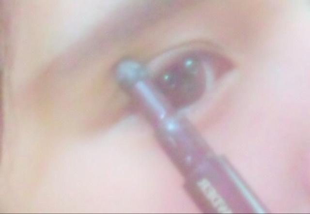 (眼影2)在用中間色於雙眼皮間途上