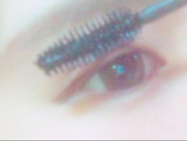 (睫毛膏)塗上睫毛膏。先塗一次後乾了再塗的有點厚度