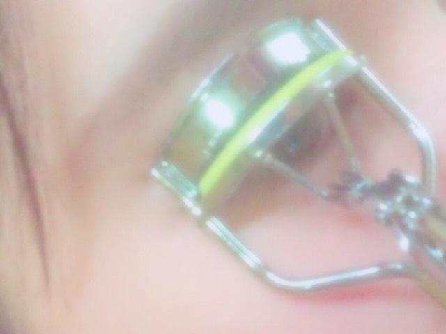 (睫毛膏{睫毛夾})睫毛夾有兩階段!所以從睫毛根部開始往上夾,在從睫毛和根部之間往上夾