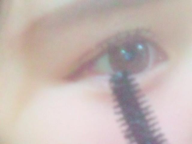 (睫毛膏{下睫毛})用睫毛膏下壓方式塗,在這把睫毛2,3根束起來會比較好