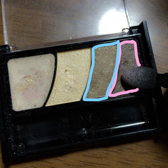ピンクを二重幅に塗り目尻には水色を☺️にこぉっと笑った時にできる涙袋の影にも水色を使っています☺️