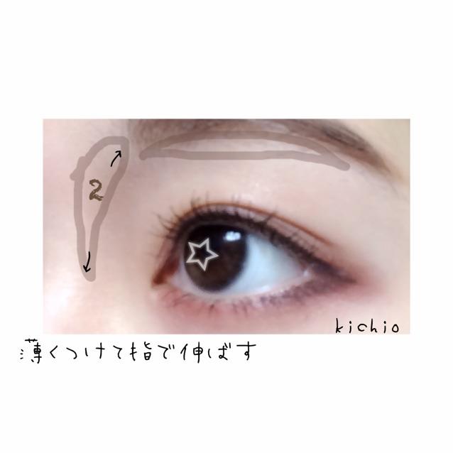 打上陰影。在照片中的咖啡色框線內一點一點地塗上剛剛使用的2號咖啡色眼影,然後用手指推勻,讓鼻影與輪廓更清楚。