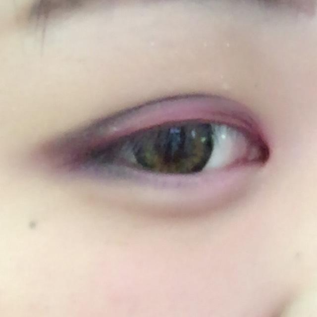 ✩黒のアイシャドウ 2重線から目尻、したまぶた1/3にON!!!! キレイに赤色を囲むようにのせます!