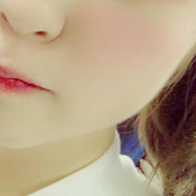 チークは頬骨周辺を赤の塗りチークで横長に塗る  リップはティントを唇の内側に塗り指でぼかし 赤のグロスを唇の内側のみに塗り馴染ませる