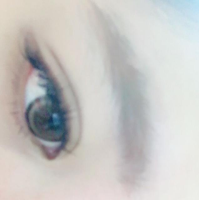 もともと私は眉毛あるので眉頭に丸みをつけてあげて、濃くするだけです。 その後眉マスカラで毛並みに沿って色つけます。 つけすぎると赤ちゃんっぽさが消えます。あくまでも柔らかく見えるよーに。
