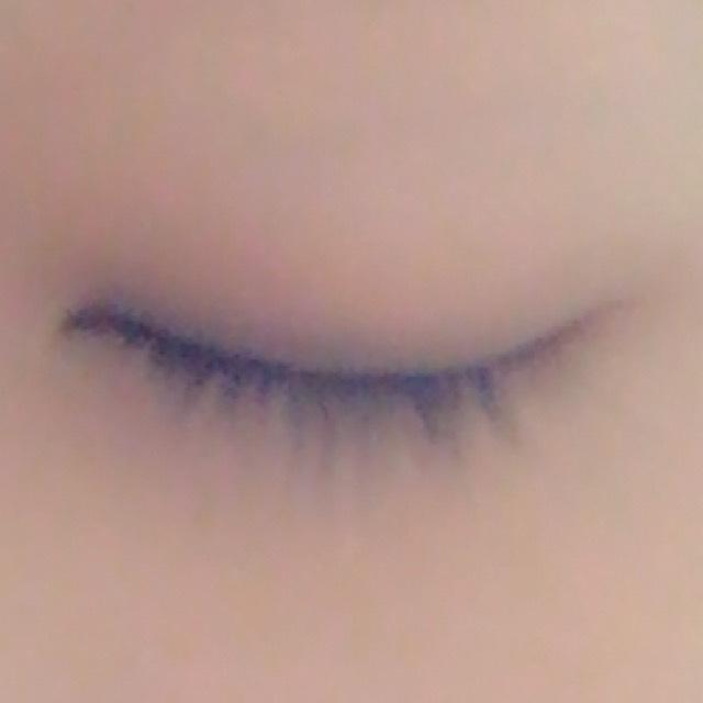 1番濃いシャドウを目のキワに塗ります。