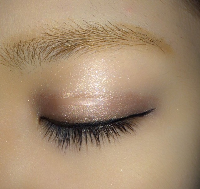 用cezanne的眼線筆畫一條細的眼線