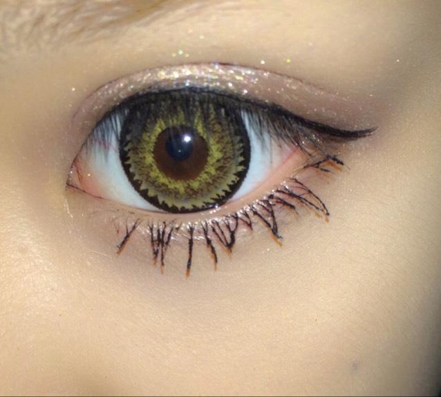 刷下眼睫毛。刷完一次之後重複再刷幾次讓睫毛更濃密。