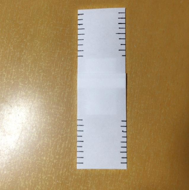 それのはじを切り、1mmくらいの幅で切ります。