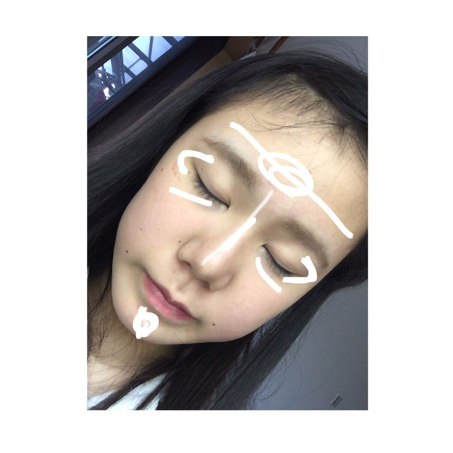 Noseshadow&Highlight 鼻筋に真ん中:下〈5:2〉で眉頭からひく  ハイライトはTゾーン、目の下、Cゾーン、顎