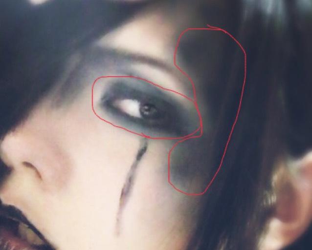黒のリップを赤丸のところに指でポンポンと乗せ、上から黒シャドー。 眉毛は釣り上がるようにかく