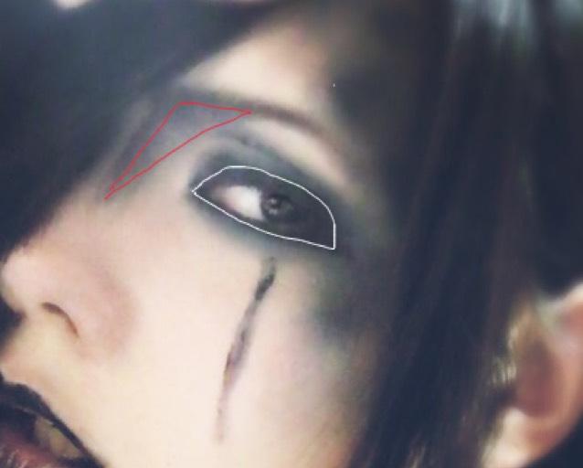 白の内側をアイライナーで塗りつぶす 赤の中を茶色シャドーでノーズ 目の下に黒リップで線を引く
