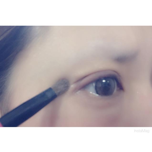 ⑧瞼の上にアイシャドウ①をのせます。