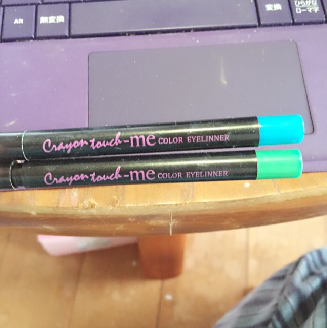 このペンシルで青のシャドウを載せた所にぐりーんを 緑のシャドウを載せた所にぶるーを