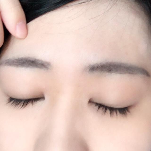 眉毛は眉頭の高さを揃えるとそれっぽく見えます。書いたあとはアイブロウコートを塗ります。眉毛が消えなくなるのでオススメ。ダイソーにあります。
