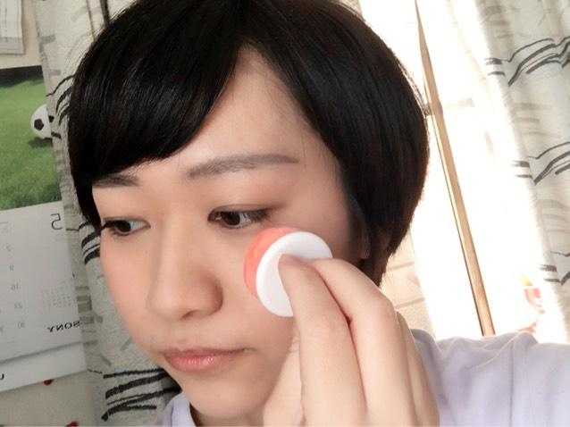 チークを頬におきます。あくまで健康的に見える程度に塗り、塗りすぎたらブラシ等で落とすかファンデを軽く塗ると落ち着きます。